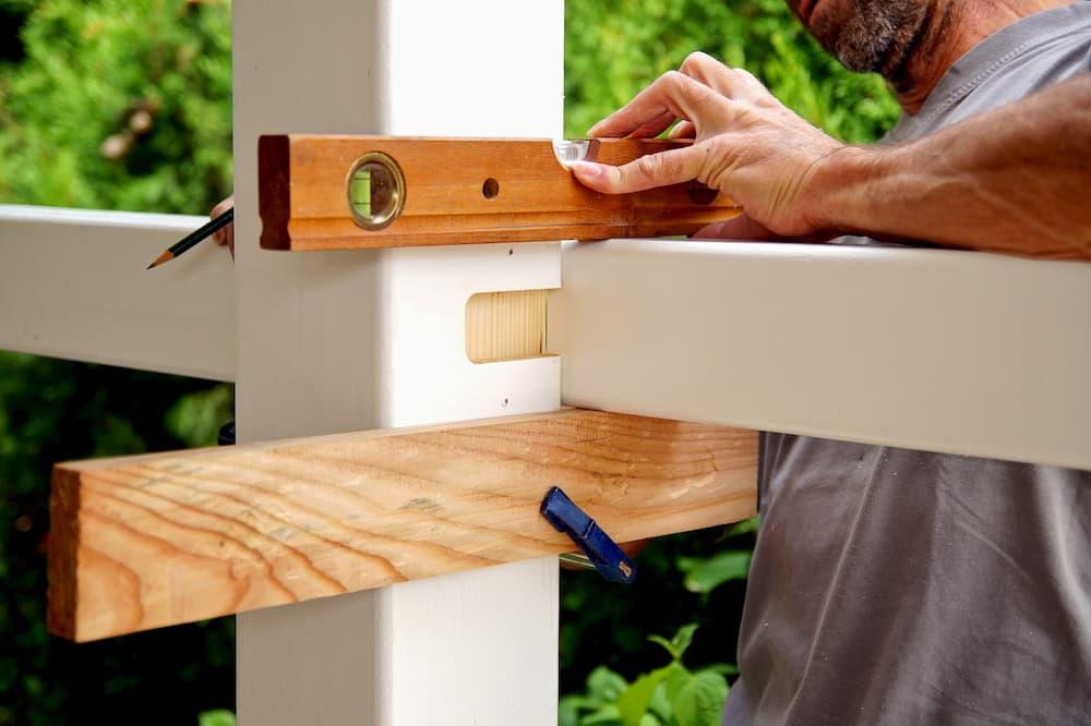 Montage eines Holzcarports © ImagESine, stock.adobe.com
