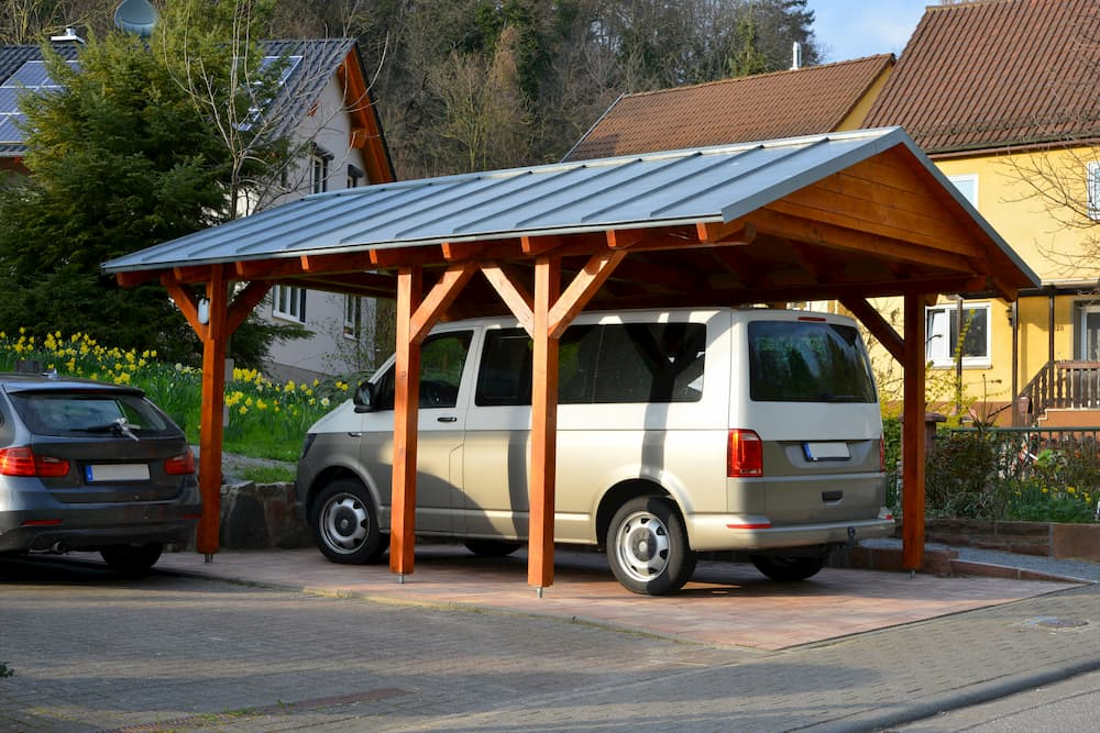 Carport aus Holz mit Stehfalz Metalldach © Hermann, stock.adobe.com