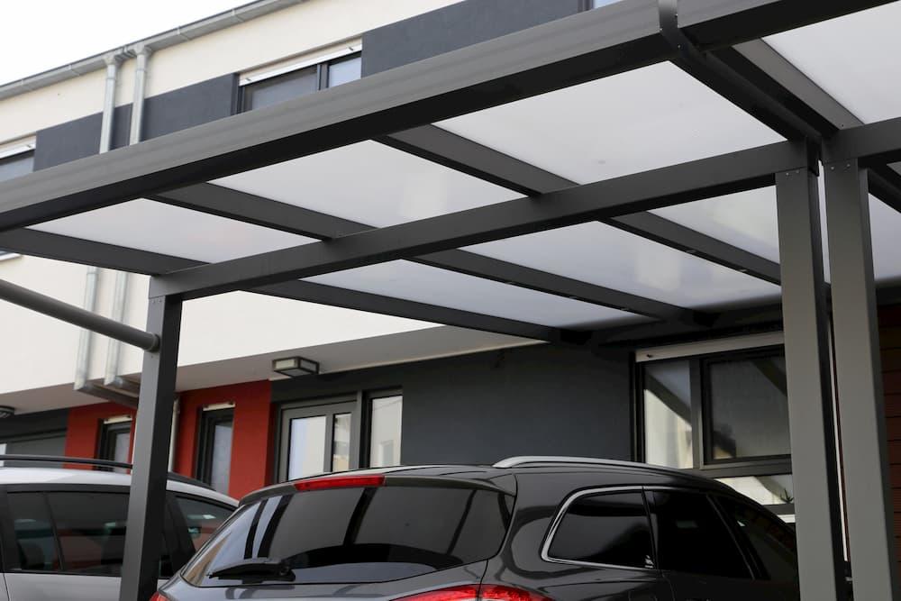Carport aus Metall und Glas © U.J. ALexander, stock.adobe.com