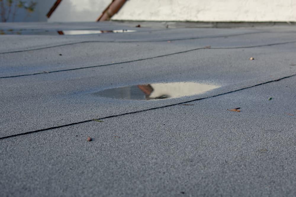 Stehendes Wasser auf dem Flachdach © MichaelVi , stock.adobe.com