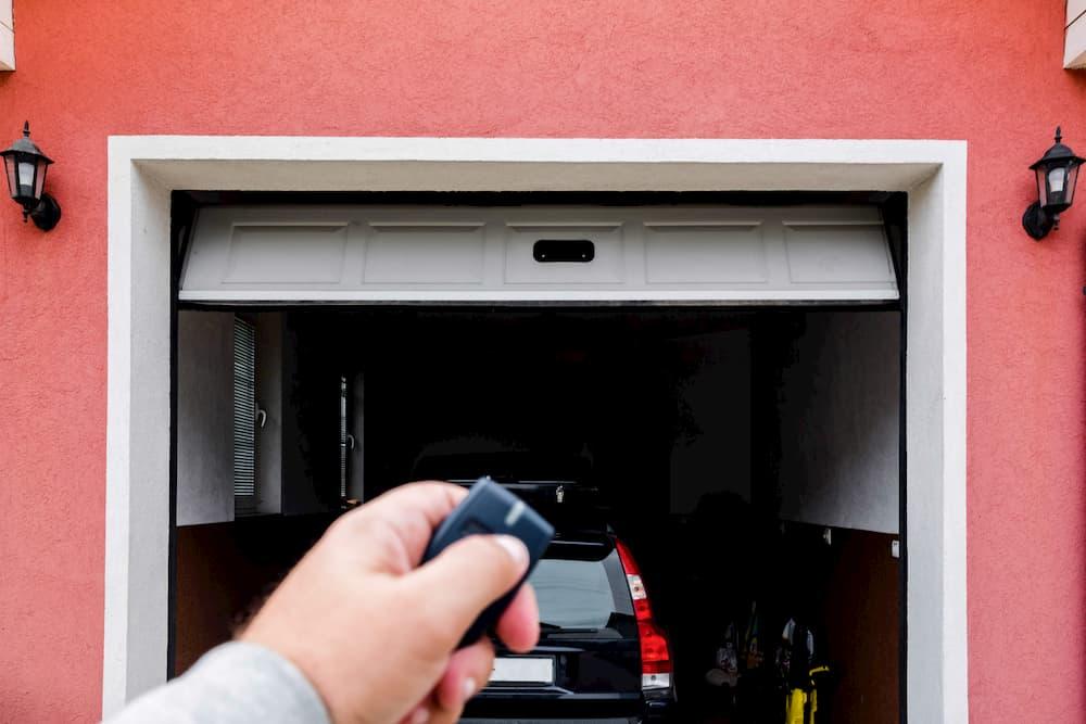 Garagentor via Funk öffnen und schließen © mirsad, stock.adobe.com