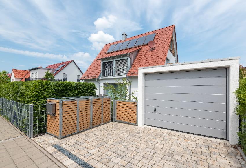 Wohnhaus mit Garage © schulzfoto, stock.adobe.com