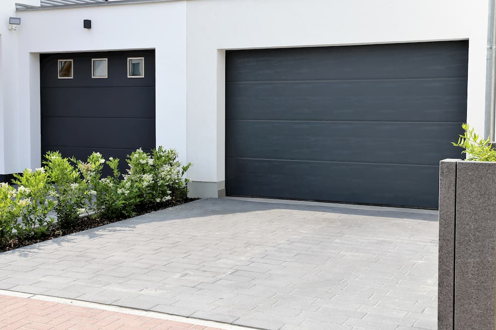 Garagentor ohne und mit Fensterelement © U. J. Alexander, stock.adobe.com