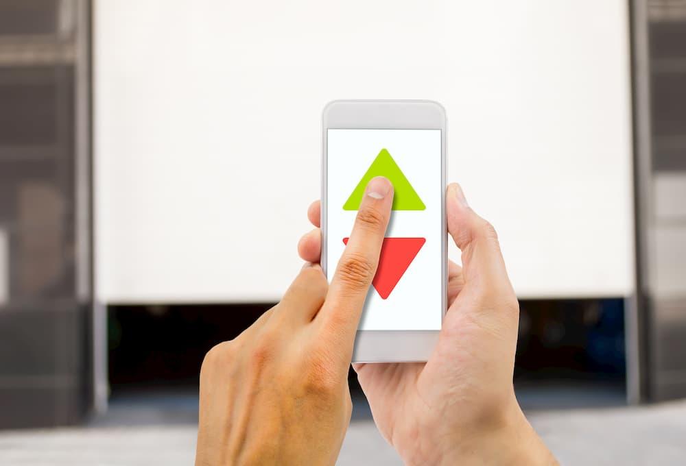Garagentor bequem mit dem Smartphone öffnen © cunaplus, stock.adobe.com