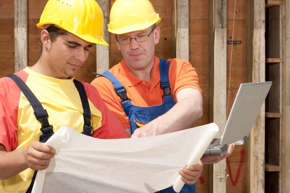 Handwerker bei der Baubesprechnung © pictonaut, stock.adobe.com