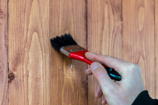 Holz regelmäßig pflegen © animaflora, fotolia.com