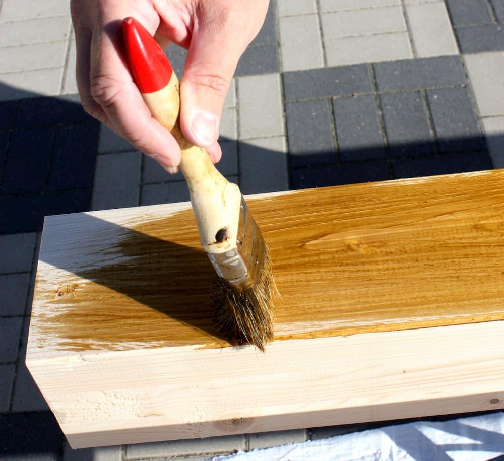 Holzbalken für Carport streichen © ADe, stock.adobe.com
