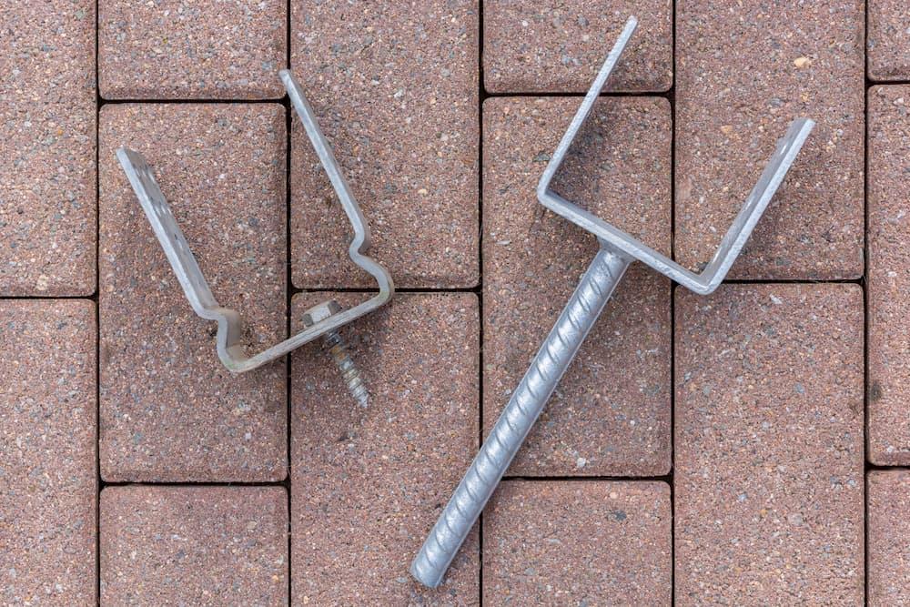 Pfostenträger für den Bau eines Carports © Ralf Geithe, stock.adobe.com