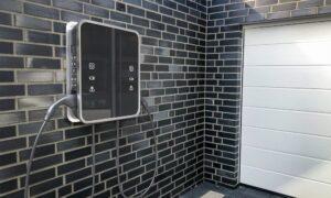 Wallbox an der Hauswand vor der Garage © OrthsMedien, stock.adobe.com